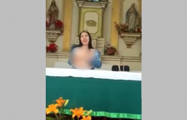 Bloguera hace striptease en el altar de una iglesia