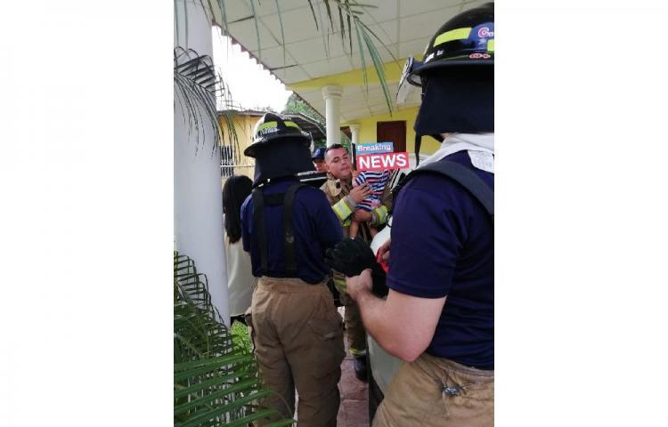 Bomberos rescatan a bebé que quedó atrapado en un carro