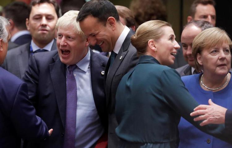 """Líderes UE respaldan nuevo acuerdo """"brexit"""" sin mencionar posible extensión"""