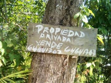 Queja por postes en propiedad privada