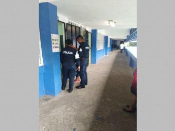 Buscan armas y drogas en colegio en Colón