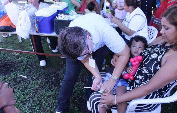 Vacunación masiva contra el polio y otras enfermedades