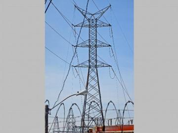 Advierten daños por los peligros de escalar las torres de alta tensión