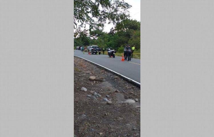 Motorizado se estrelló contra un poste y murió