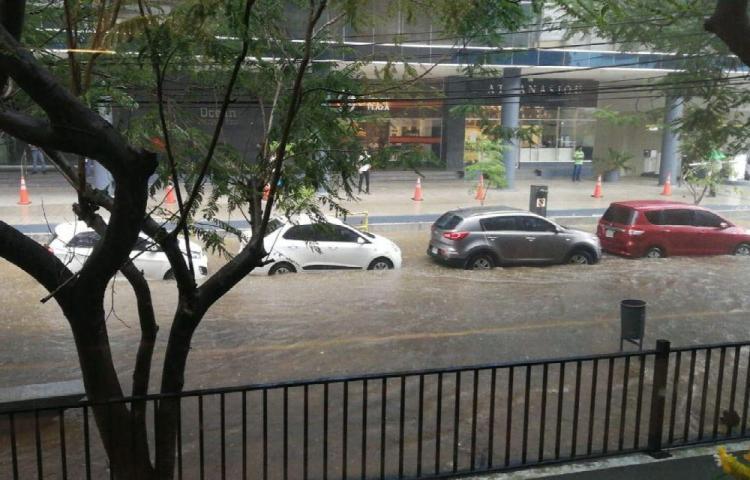 Vías convertidas en piscinas tras fuertes lluvias en la capital
