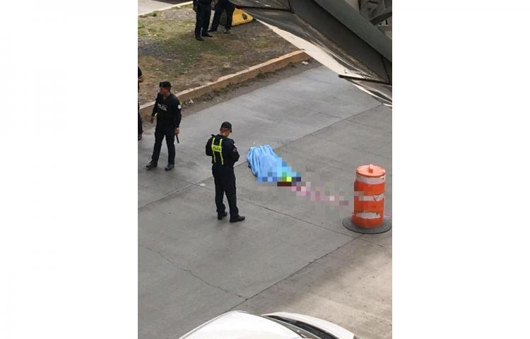Hombre se lanza desde lo alto de la estación del Metro