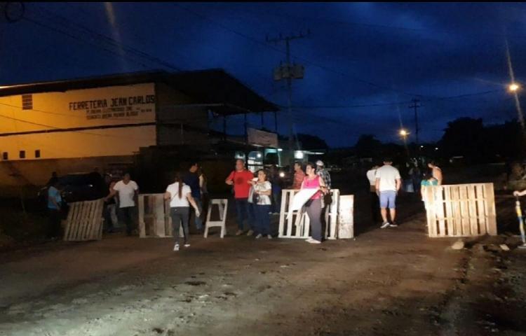 Protestan por vías dañadas y colapso de tanque séptico