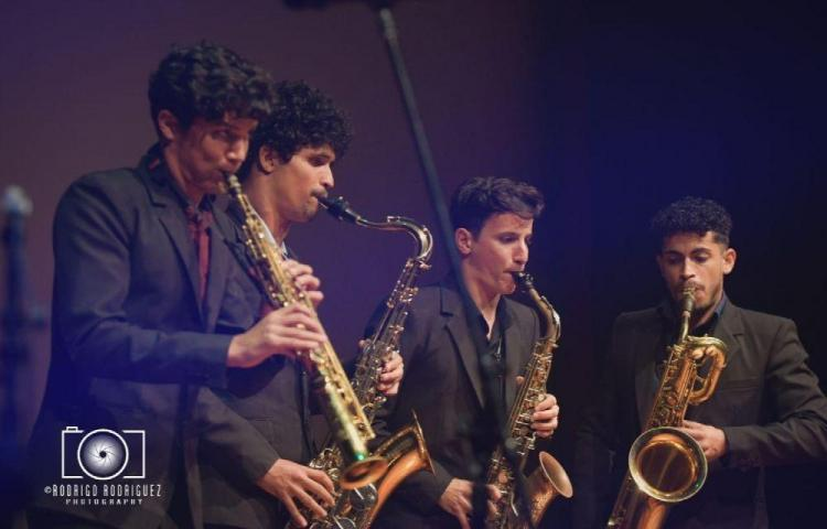 Todo Incluido con saxofones jóvenes