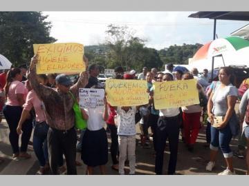 Salen a la calle por la falta de agua en un centro educativo