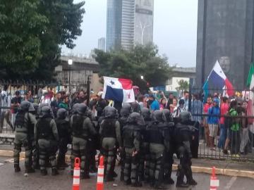Manifestantes destruyen valla en la Asamblea, no quieren las reformas