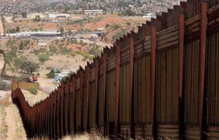 Traficantes abren brecha con sierras en muro fronterizo