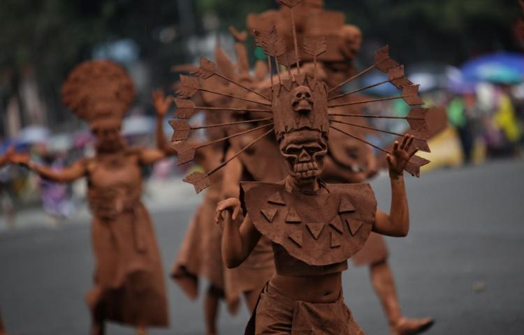 Mexicanos celebran el Día de Muertos con ecléctico desfile en la capital