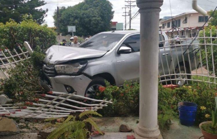 Perdió control del timón del auto y se estrelló contra una vivienda