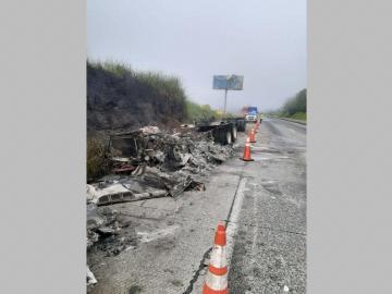 Camiones colisionaron y uno se incendió