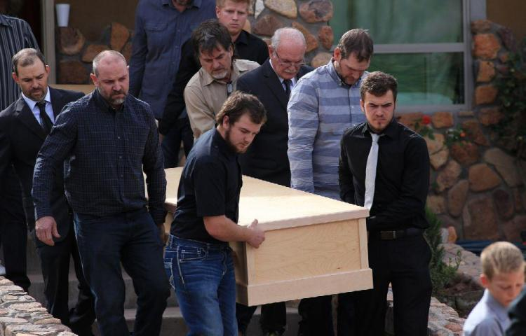 Lloran en funeral a sus familiares asesinados por narcos en México