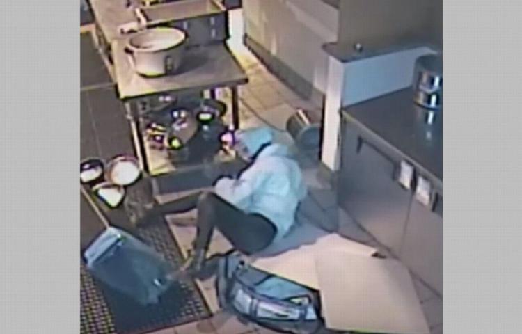 Ladrona cae sobre una mesa