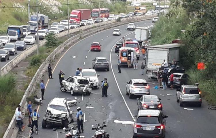 Colisión múltiple en la autopista dejó 4 heridos