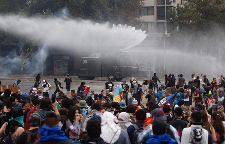 Incendian rectoría de Universidad Pedro de Valdivia y allanan embajada de Argentina en Chile