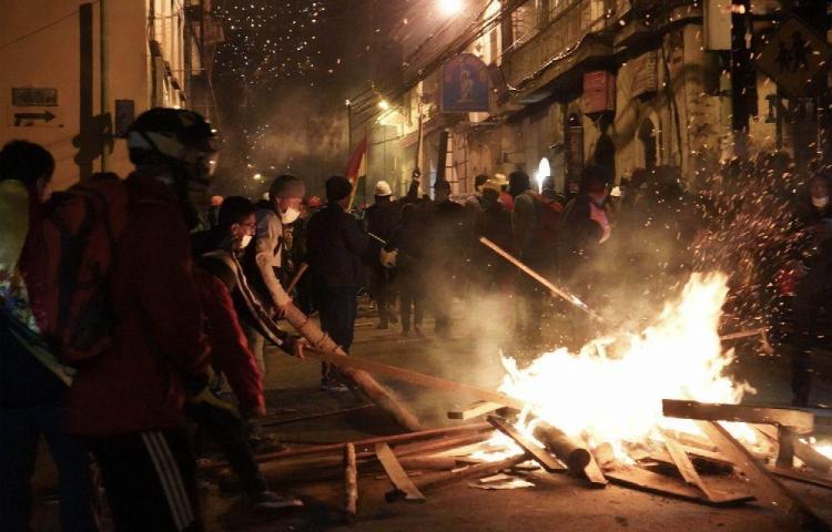 La Paz amanece tras una noche de violencia