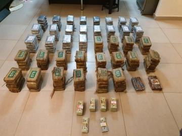 Droga, $50 mil son decomisados y dos extranjeras detenidas tras allanamiento