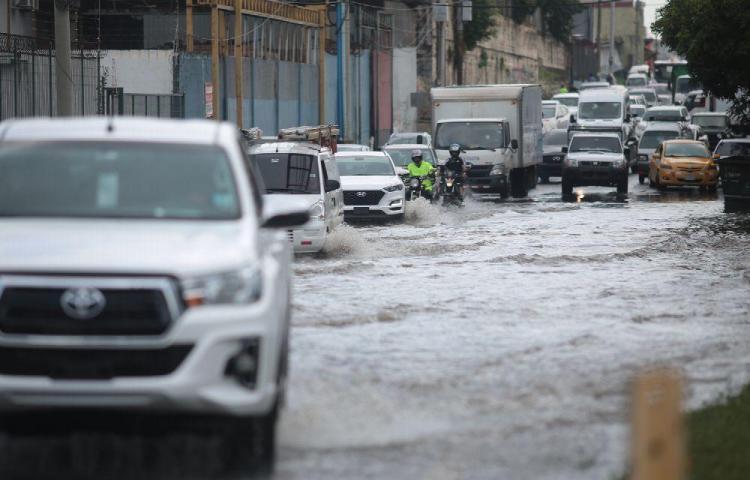 Las calles de la ciudad se convierten en ríos con cada aguacero