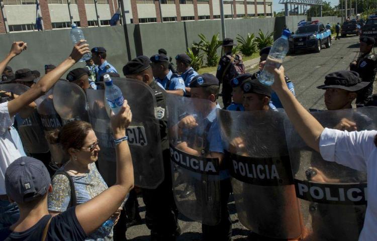 La Fiscalía acusa a jóvenes que llevaban agua a madres de detenidos