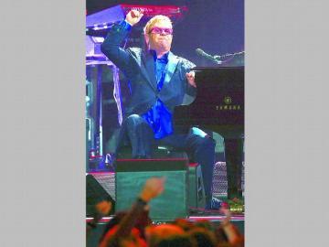 Elton tuvo que volver a apreder a caminar