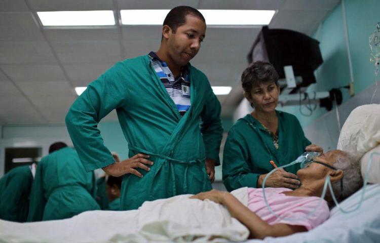 Cuba y Ecuador terminan pactos médicos