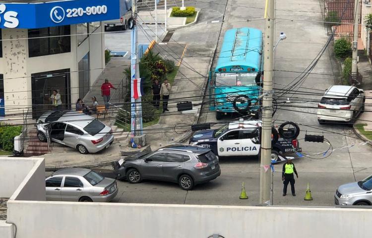 Auto se estrellaen lavía principal de Brisas del Golf