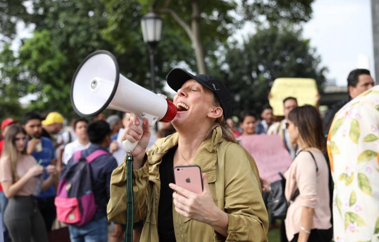 Migración advierte a los extranjeros que participan en protestas