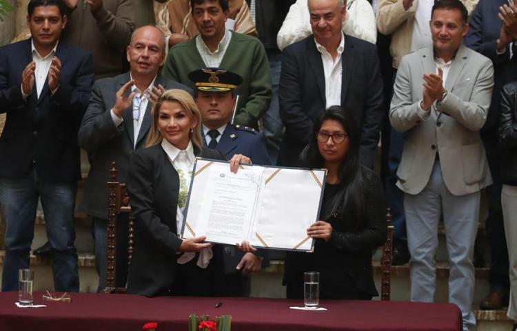 La presidenta interina promulga la ley para unas nuevas elecciones en Bolivia