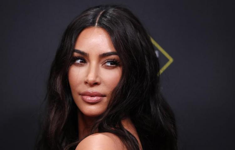 """Kim Kardashian y su """"mejor amiga"""" JLo encienden la red en anuncio de Facebook"""