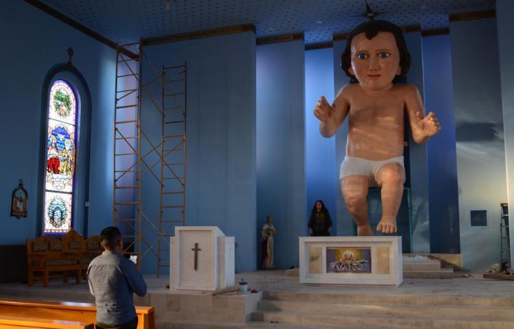 Una figura del Niño Dios de seis metros y medio causa furor en una iglesia de México