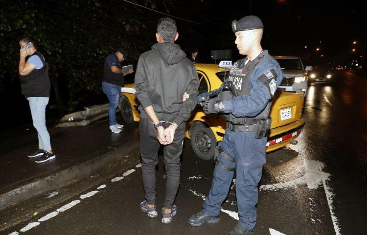 Ladrones meten en el maletero a taxista