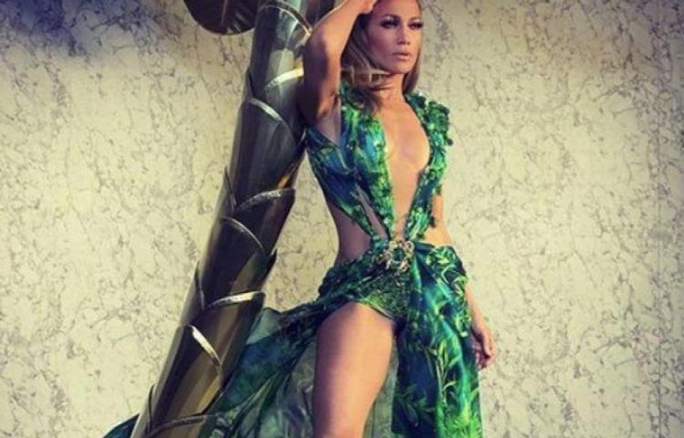 El vestido usado por J.Lo provoca controversia