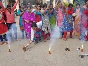 La policía mata a 4 supuestos violadores y provoca celebraciones en la India