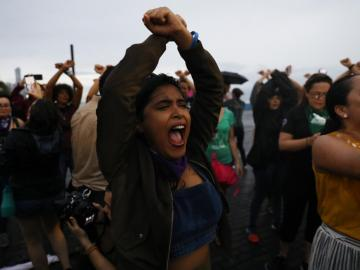 """Protestan con la coreografía chilena """"Un violador en tu camino"""""""