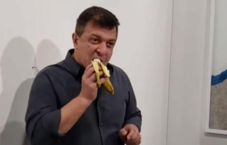Llega a una exposición y se come un guineo de $120 mil