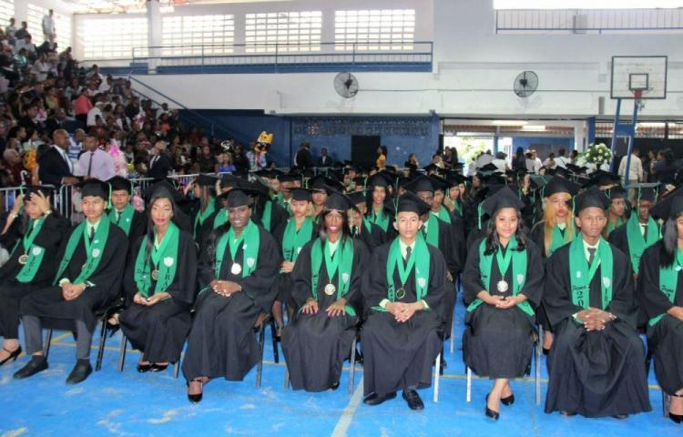 Se gradúan más de 63,800 alumnos del sector oficial