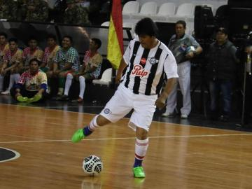 Evo Morales juega al fútbol con el ministro de Deportes argentino