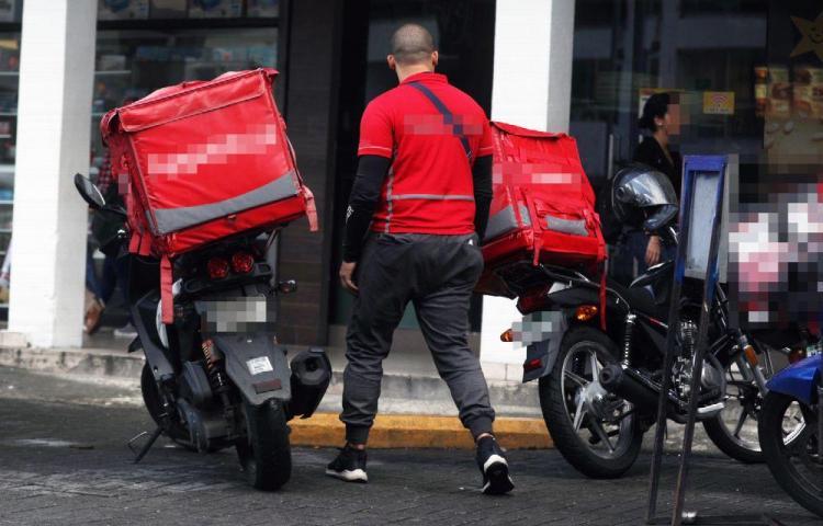 Foráneos sin papeles acarapan el 'delivery'
