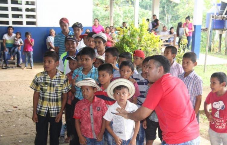 Les llevan alegría a los pequeños de Río Indio