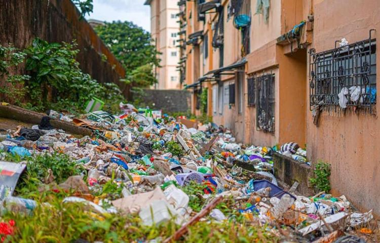 Un basurero los edificios en Patio Pinel