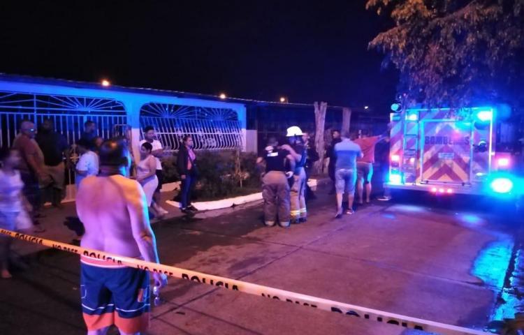 Confirman tres fallecidos tras incendio en una casa en Las Acacias