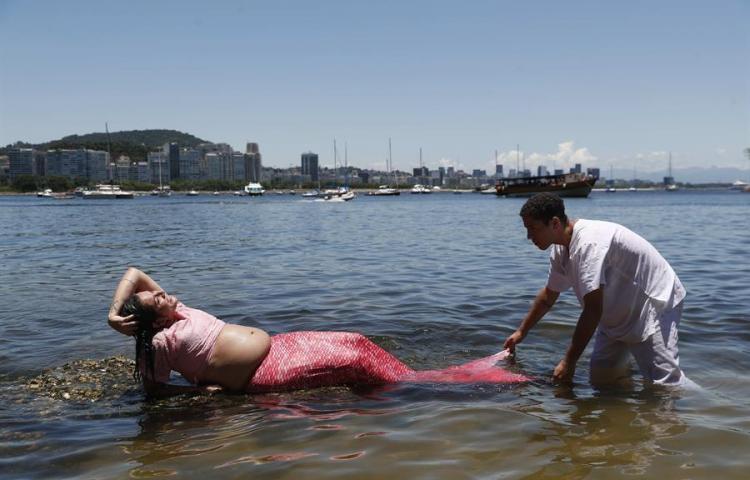 Turistas se concentran desde temprano en Copacabana a la espera del Año Nuevo