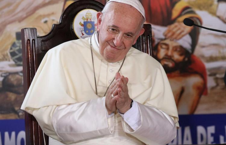 El papa pide perdón por reprender a una fiel que le agarró en el Vaticano