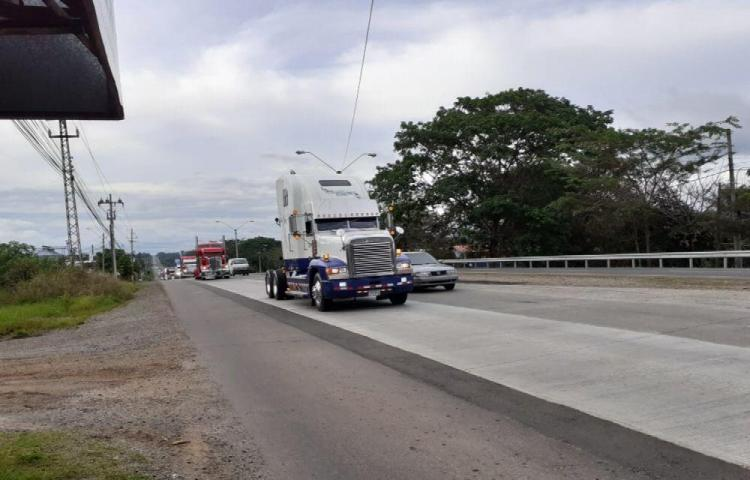 Conductores de camiones hacen desfile