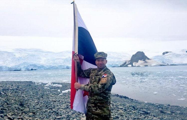 Nuestra bandera ondea en la Antártica