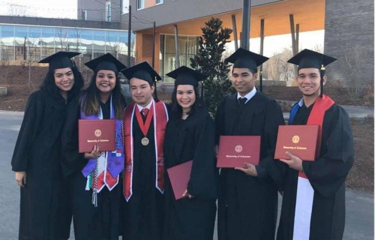 'Panas' se graduaron en la Universidad de Arkansas
