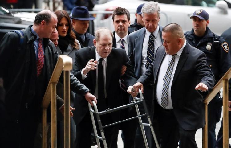 Weinstein llega a la corte para iniciar juicio ante la protesta de feministas